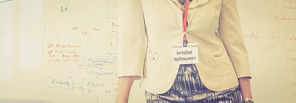 Vrouwelijke marketeer met kaartje dat zegt 'krediet opbouwer' en woorden op achtergrond creëren een content marketing.